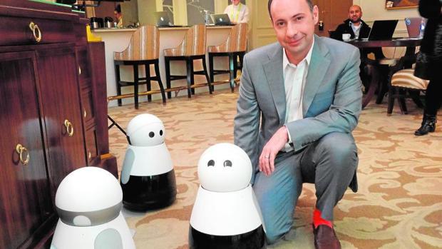 El CEO de Mayfield Robotics, Michael Beebe, posa con su robot Kuri