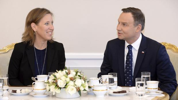 La consejera delegada de YouTube, Susan Wojcicki, con el presidente polaco Andrzej Duda