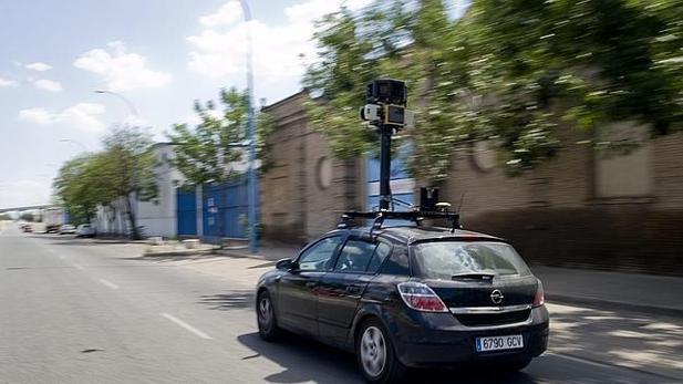 Un coche de Google Street View, en las calles de Sevilla