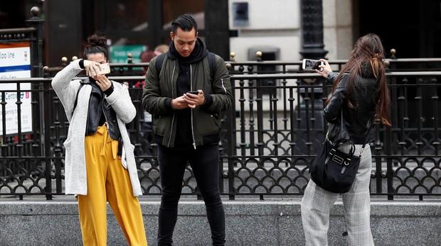 Jóvenes miran su teléfono móvil