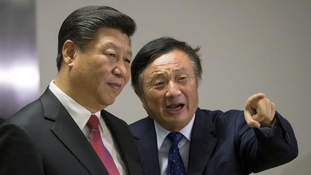 Imagen de archivo del presidente de China, Xi Jinping (izquierda), junto a Ren Zhengfei, fundador de Huawei