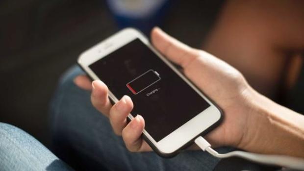Una persona carga su iPhone