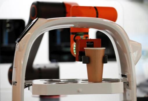 El robot durante la preparación de una bebida