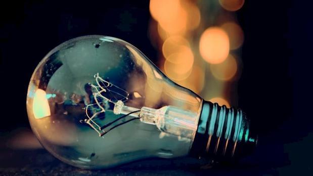 El truco para espiar una conversación escuchando la vibración de las bombillas