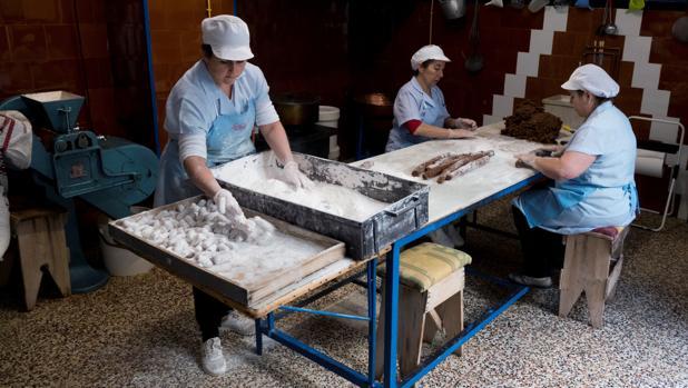 Un grupo de mujeres en plena elaboración de los mazapanes, en Estepa