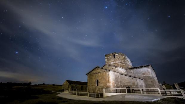 El cielo nocturno sobre Santa María de Melque, en San Martín de Montalbán