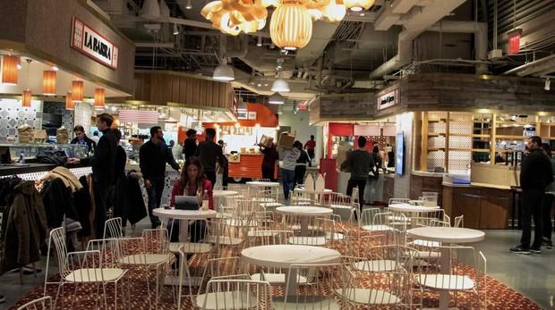 Varias personas visitan el proyecto de José Andrés y Albert Adrià, el «Mercado Little Spain» en Nueva York