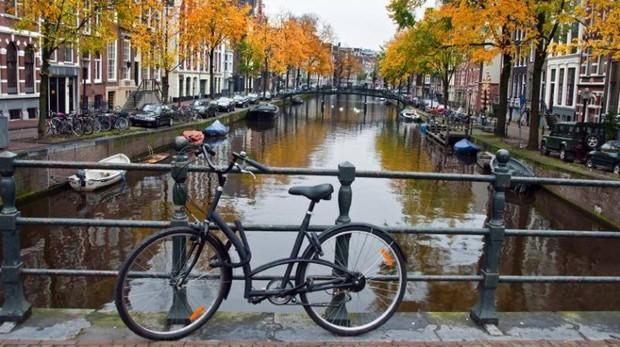 Imagen de uno de los característicos canales de Ámsterdam