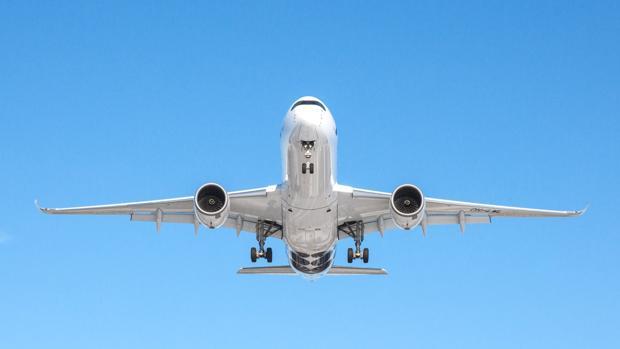 Un Airbus A350 visto desde tierra