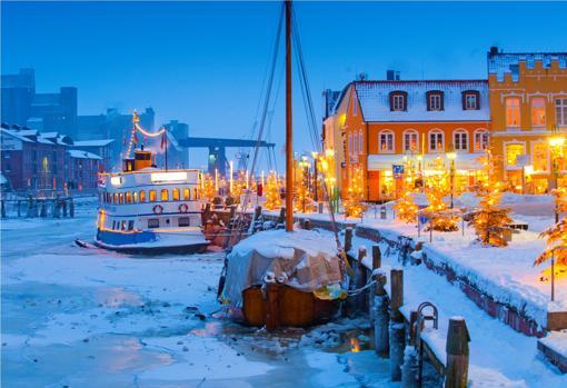 Un puerto interior helado en los días de Adviento, en Frisia del norte